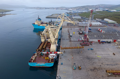 A 30m 100 tonne pile being lifted onto the Maersk Inventor